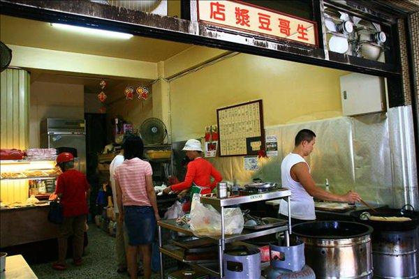 台南公園北路-傳統眷村早餐「生哥豆漿店」要排隊才吃得到!