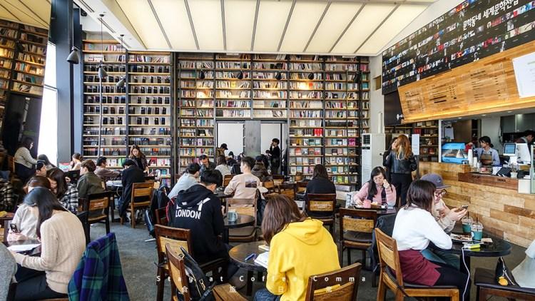 [韓國] 弘大,Cafe Comma Page2 카페꼼마 (歇業) 想和書牆、咖啡靜靜待上一整天