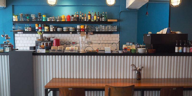 <台中咖啡> 拾年咖啡,隱身在向上路巷弄內咖啡館,帶點輕工業風,空間氣氛靜謐,有wifi跟插座!(台中甜點/台中插座咖啡/台中西區咖啡)