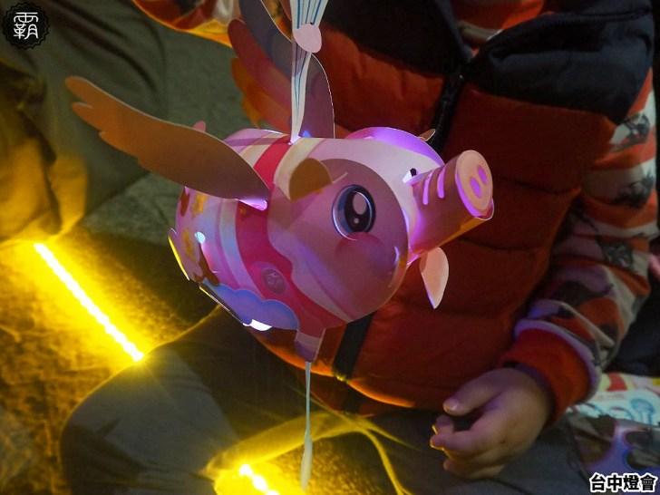20190217104355 44 - 15萬個燈會飛天豬小提燈發放只到19號!傍晚排隊人潮湧現,一個多小時才發完