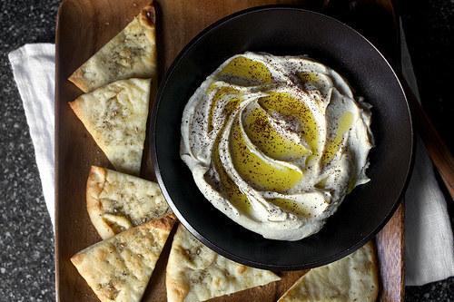 El hummus (puré de garbanzos) es básicamente la comida perfecta pues está lleno de proteínas y fibra. Puedes untar zanahorias o apio con él cuando estés buscando un aperitivo saludable, o untarlo sobre un sándwich en lugar de usar mayonesa. También puedes untarlo en tu dedo y comerlo solo.Para hacerlo tú mismo, solo coloca unos pocos ingredientes básicos (garbanzos, pasta hecha con semillas de sésamo, ajo, jugo de limón y sal) en la licuadora y procésalos. Consigue aquí la receta para el hummus clásico extra suave, una versión con pimienta roja tostada aquí o bien una receta para una poderosa fuente de proteínas con un hummus con edamame, aquí.