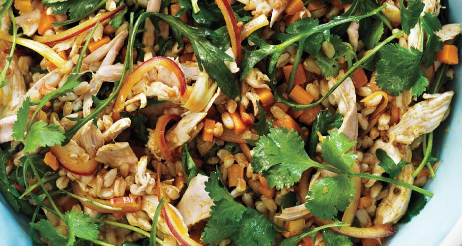 """La mayoría de nosotros escuchamos """"ensalada"""" y pensamos en """"lechuga"""", pero el uso de granos como base puede ser saludable, te dejará satisfecho y también es una buena manera para usar todo el arroz integral sobrante que accidentalmente te quedó de la comida de ayer por la noche. Incluye cualquier vegetal, queso, frijoles o carne que tengas a mano y cúbrelos con tu aderezo casero favorito. Esta encantadora ensalada con curry es deliciosa al igual que esta ensalada de verano que lleva quinoa, lentejas y queso feta, pero no dudes en improvisar con cualquier cosa que tengas en la refrigeradora."""