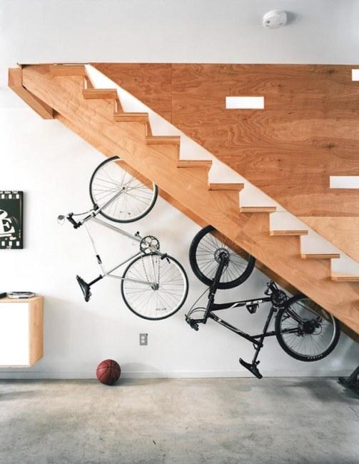 Guardar las bicicletas debajo de la escalera