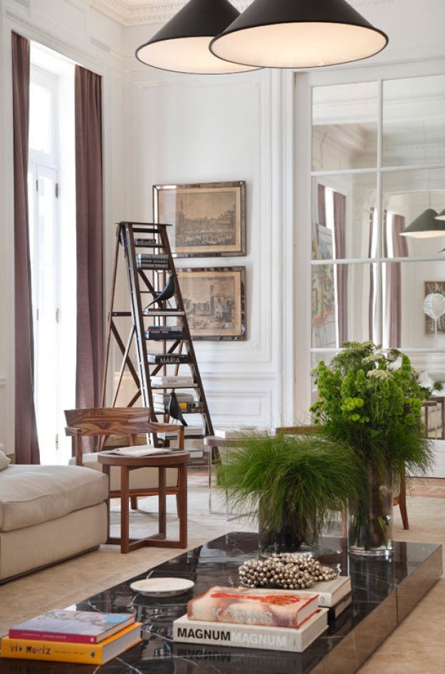Usa una escalera como un estante de libros: