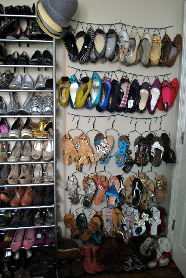 Un colgador para zapatos de alambre que podrias crear tú mismo, te puede apoyar a almacenar zapatos sin ocupar espacio en el suelo.