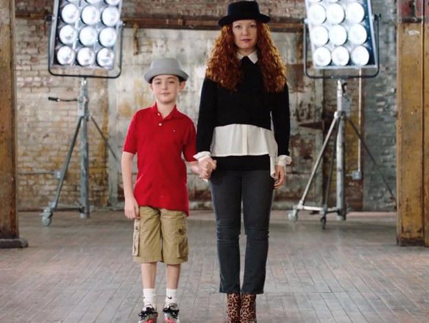 Oliver, el hijo de Scheier, nació con una forma inusual de distrofia muscular, lo que la inspiró a iniciar una marca sin fines de lucro de prendas de vestir adaptadas, llamada Runway of Dreams, en el 2013.