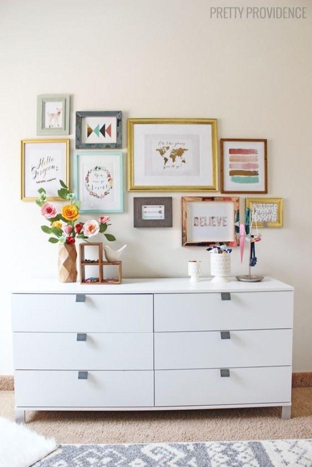 Haz tu pequeña galería moderna: cuelga arte con marcos de diferentes tamaños, colores y formas.