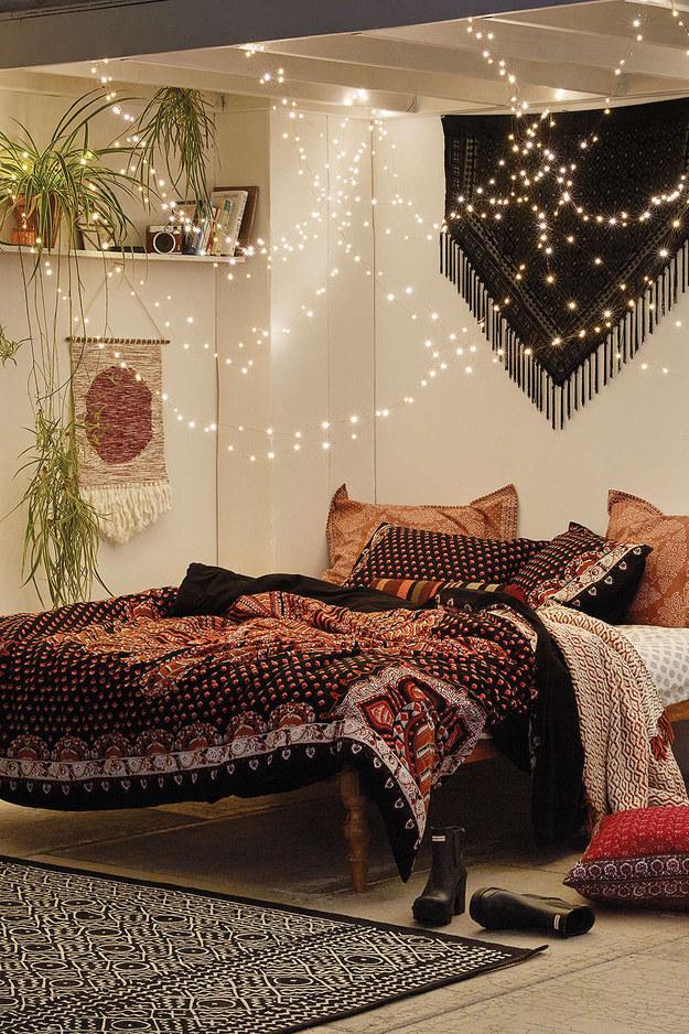¿Quién dijo que las luces son solo para Navidad? Cuélgalas en el techo de tu cuarto y que caigan como lluvia.