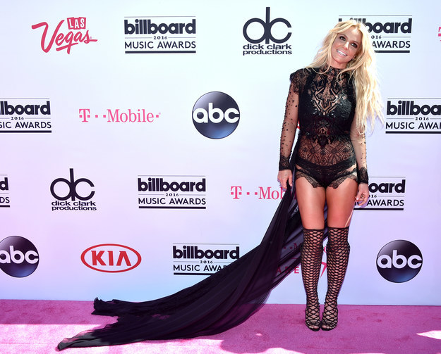 BRITNEY ARRIVED TO THE CARPET LOOKING FFF!