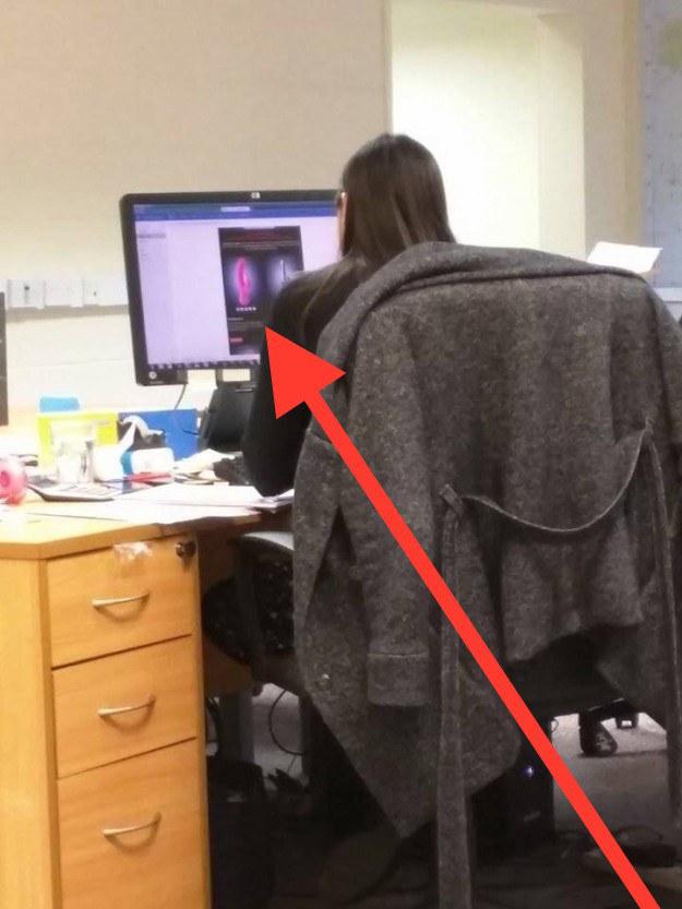 Wenn Du mit dem Rücken zum Büroeingang sitzt und Du genau merkst, dass alle auf Deinen Bildschirm starren.
