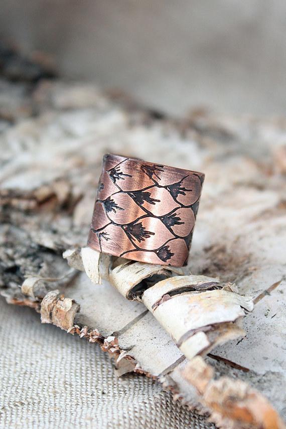 Este anillo de escamas de dragón.