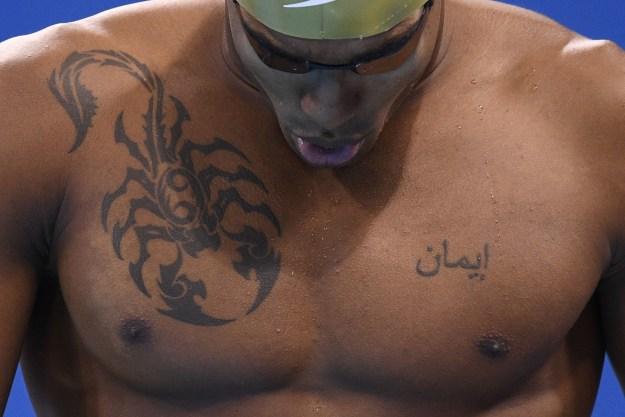 El nadador Jordan Augier sabe lo que es tener un tatuaje BADASS.