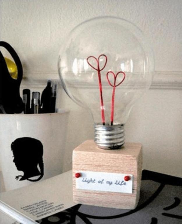 Un foco viejo, y un poco de alambre rojo para crear un regalo muy tierno y creativo.