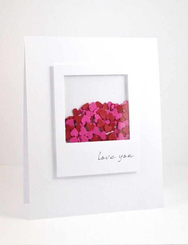 Corre a la papelería por cartulina blanca y fieltro rojo y rosa para armar este linda tarjeta tipo Polaroid.