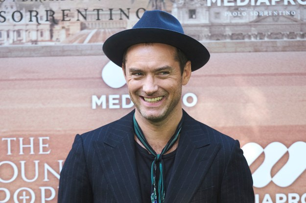 Big news, Harry Potter fans! Pottermore just announced that Jude Law will play the beloved character of Albus Dumbledore in the upcoming Fantastic Beasts sequel.