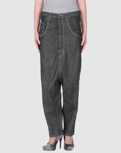 Esta calça é perfeita para quando a distância entre seu umbigo e joelho pode ser medida em metros, não em centímetros.