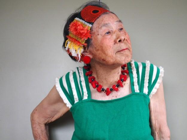 恵美子さんが身にまとうのは、孫娘の「さをり織り」アーティスト・森千波さんの作品です。衣装も撮影も、千波さん。