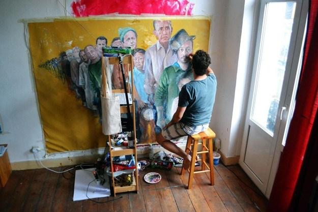 アーティストであるオマーリは、1年半以上をかけ、ある作品を生み出した。それは、世界各国の首脳を難民として描いたものだ。