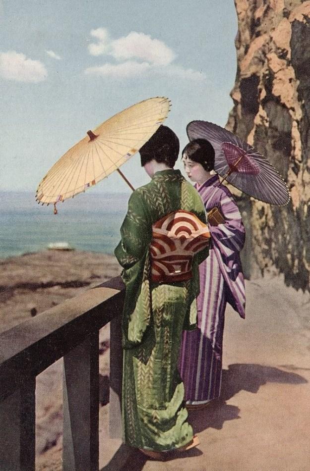 1900年ごろ。海辺で涼む、2人の着物姿の女性。