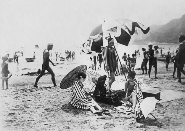 1930年ごろの鎌倉・由比ヶ浜。