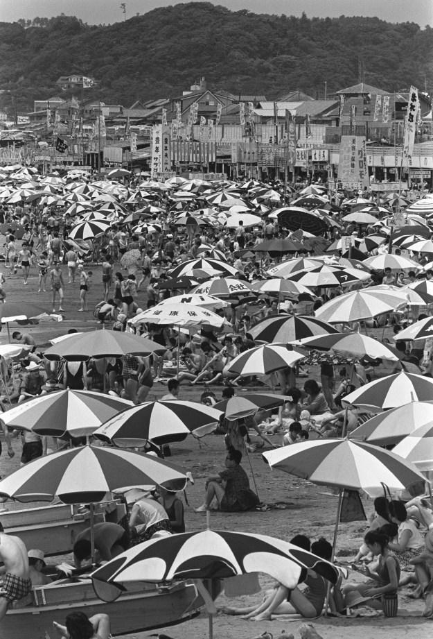 1964年、鎌倉・材木座海水浴場。