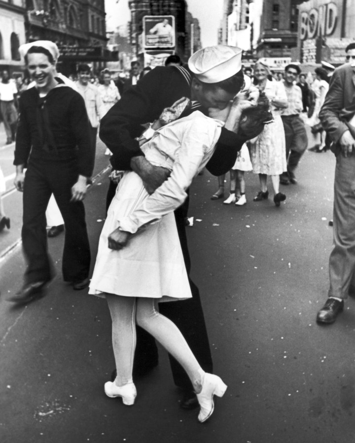 1. This iconic kiss between two strangers celebrating the end of World War II in Times Square, 1945: