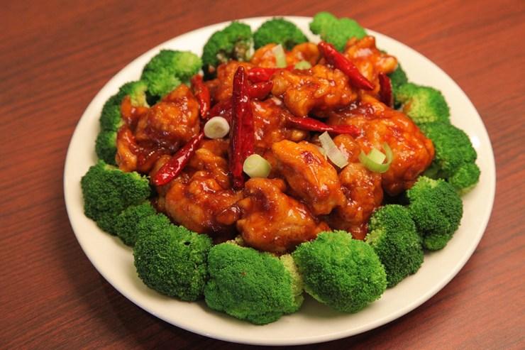 ¿Te encanta la comida china pero sabes muy bien que ha sido occidentializada? ¿Te intriga saber más sobre tus platos favoritos? Pues este documental no solo te hará agua tu boca, sino que intenta solventar el mito de la comida china en América.