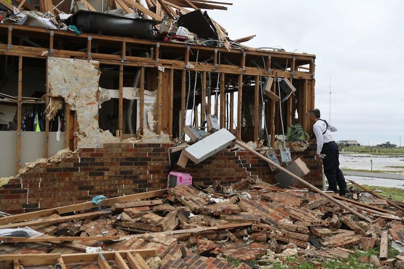 Un miembro del equipo de búsqueda y rescate de la Texas Task Force 2 trabaja en un complejo de apartamentos destruido mientras intenta hallar gente que siga allí luego del paso del huracán Harvey el 27 de agosto de 2017, en Rockport, Texas.