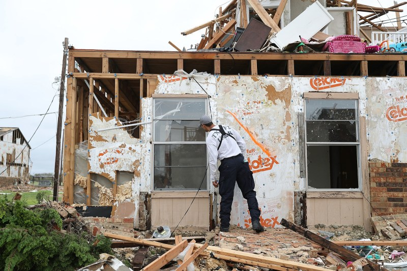 Un miembro del equipo de búsqueda y rescate de la Texas Task Force 2 trabaja en un complejo de apartamentos destruido mientras intenta hallar gente que siga allí dentro luego del paso del huracán Harvey el 27 de agosto del 2017, en Rockport, Texas.