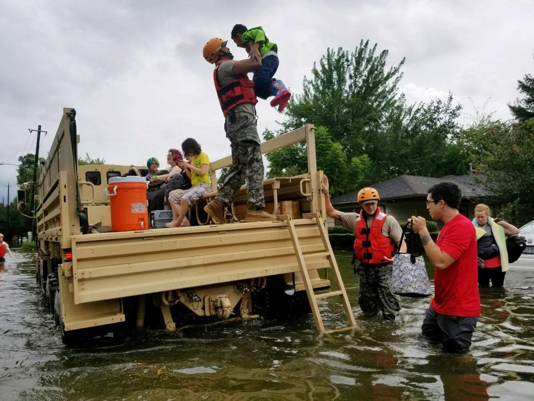 Soldados de la Guardia Nacional de Texas asisten a los residentes en áreas fuertemente inundadas por las tormentas del huracán Harvey en Houston, el 27 de agosto de 2017.