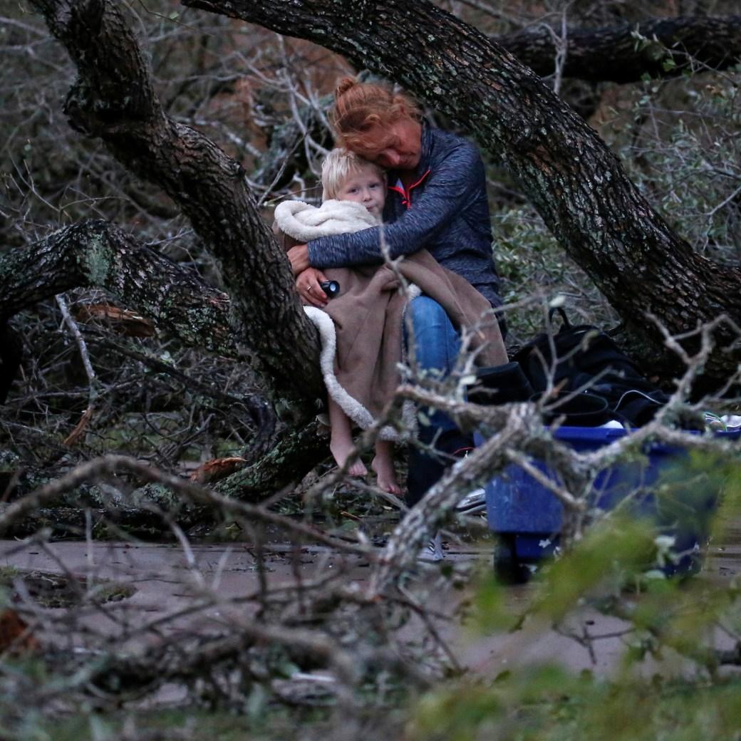 Lisa Rehr abraza a Maximus, su hijo de 4 años, mientras esperan a ser rescatados luego de perder su hogar a causa del huracán Harvey, en Rockport, Texas, 26 de agosto de 2017.