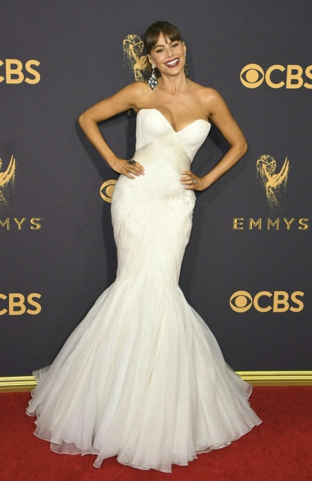 Damnnnnnn Sofia Vergara, back at it again with that white awards show mermaid cut dress!