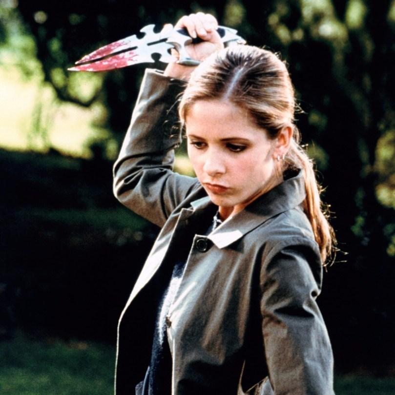 As caça-vampiros são uma linhagem de mulheres destinadas a combater o mal, graças a suas várias qualidades como força e determinação. Mas além disso a Buffy também era uma pessoa bem normal que queria ficar de boas, e apesar de amar o vampiro Angel não ficava à mercê dele.