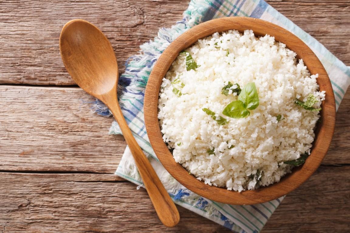 Seguro que esta opción no te la veías venir. Pues es un platillo súper creativo y delicioso para comer de forma saludable sin sacrificarte demasiado: corta el coliflor y cocínalo como arroz.