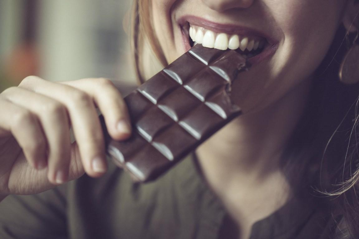 El chocolate negro tiene menos grasa y azúcar agregada. Eso sí, asegúrate que tenga al menos 65% de cacao... y claro, cómelo con moderación.