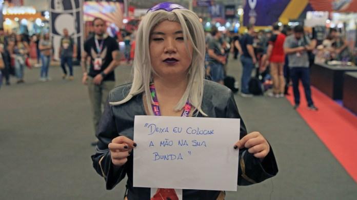 Não, a cosplayer não se fantasia para satisfazer as SUAS fantasias. A Karen Nakanishi veio fazer cosplay do Leone Abbacchio, personagem masculino de
