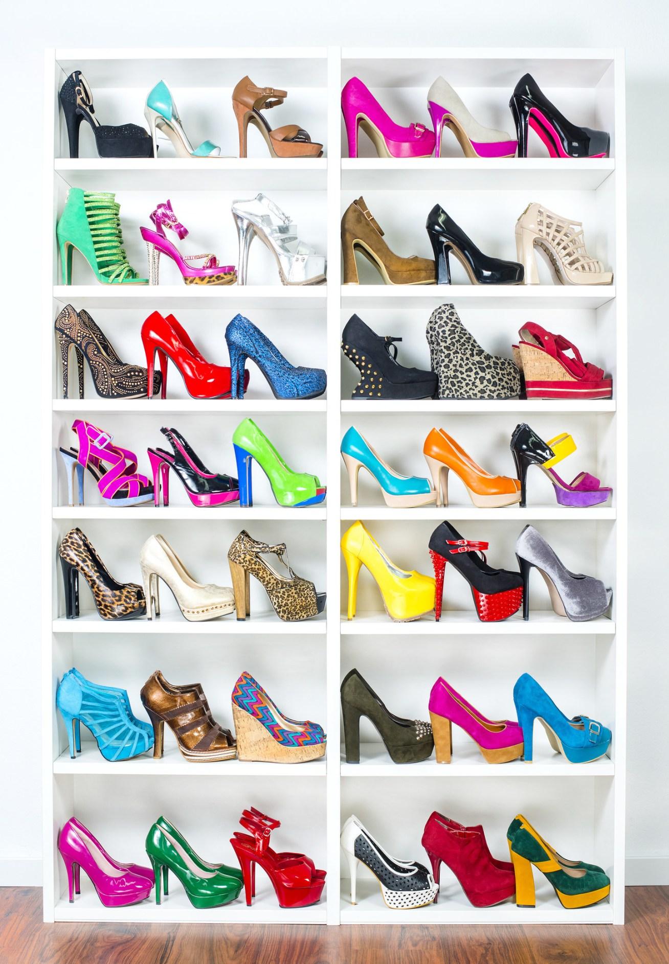Lo bueno de usar un estante blanco es que los colores de tus zapatos van a explotar y el ambiente se verá muy divertido y estiloso a la vez.