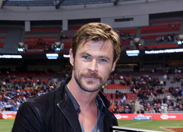 Check out Chris Hemsworth's new mustachio!!!