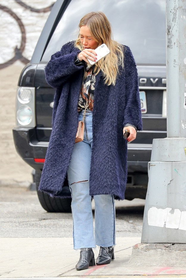 On Monday, March 26, our Queen of Seasonal Change, Hilary Duff, SNEEZED! And not just once...