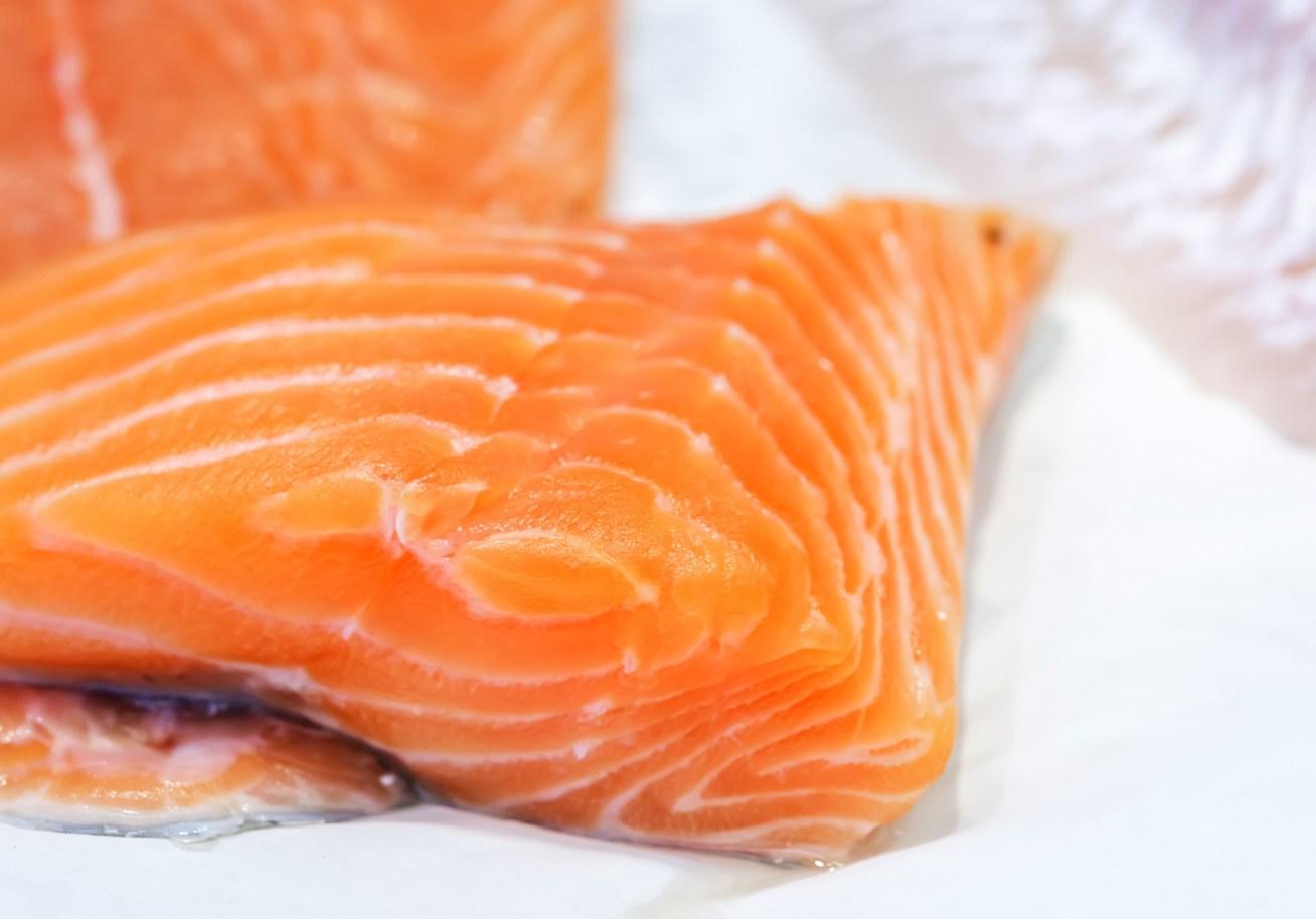 Probablemente es el salmón más popular en los supermercados, sin embargo, no es la opción más saludable. Estudios afirman que contienen colorantes, retienen antibióticos más que cualquier otro pez, se desarrollan en áreas muy pequeñas lo que perjudica su dieta y, por ende, los nutrientes que te aportarán serán menores. Los especialistas recomiendan el consumo del salmón salvaje.