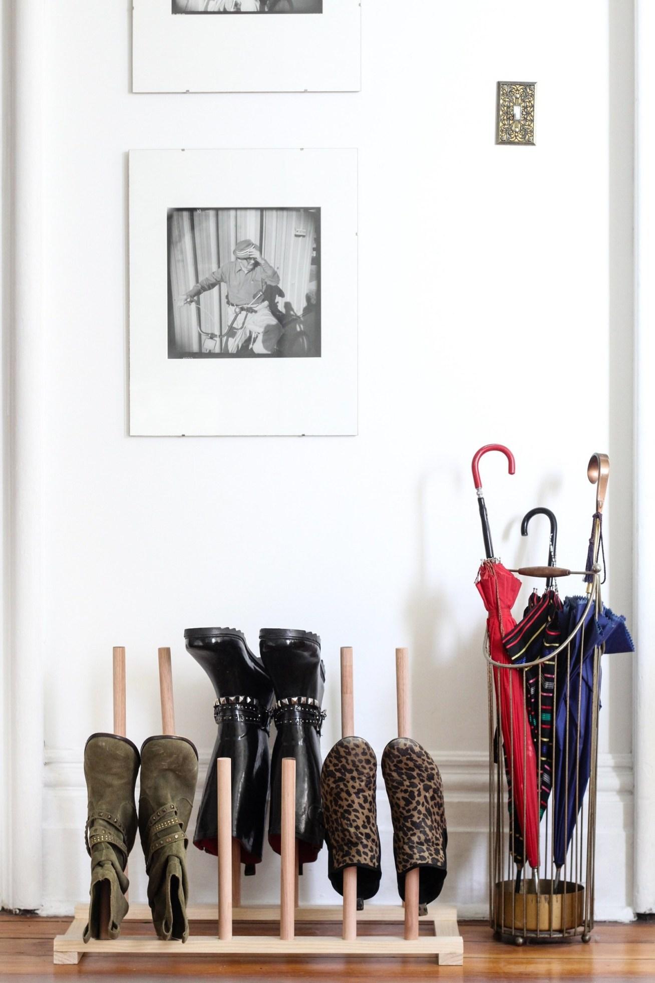 ¿Eres de esas personas que se ponen los zapatos segundos antes de salir de casa y se los quita justo al entrar? Este rack DIY de madera te salvará la vida.Apartment Therapy aquí te enseña lo fácil que es mantener tus zapatos en orden.