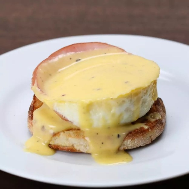 Very cute baked eggs Benedict cups to impress everyone who ~scrambles~ over to your station for brunch.