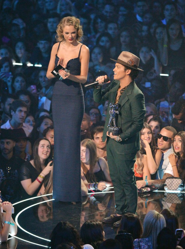 Taylor Swift towered over Bruno Mars at the VMAs (dying @ all the people in the audience staring at them).