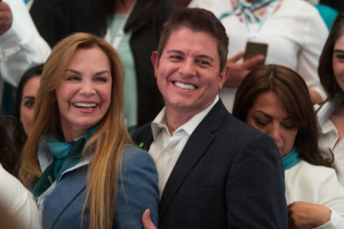 Al mismo tiempo de su campaña, TV Azteca transmitirá un concurso de belleza conducido por Laguardia llamado Mexicana Universal.