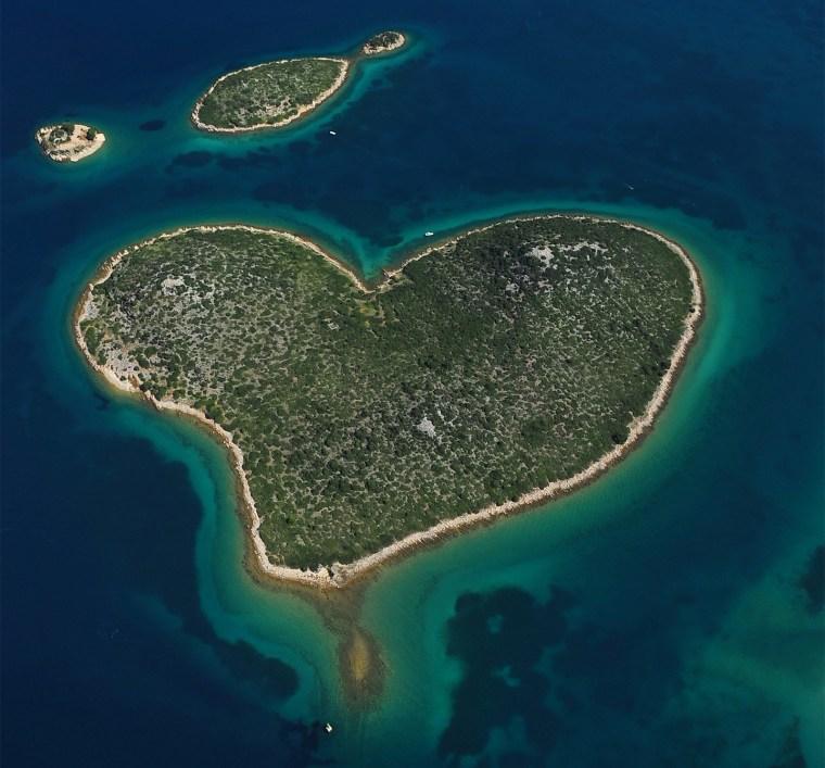 A Galešnjak Island (Ilha do Amor em croata) fica localizada na região de Zadar e seus 0.132 km2 são em formato de coração. Será que o coração de quem estiver na ilha também baterá mais forte no dia da grande final?