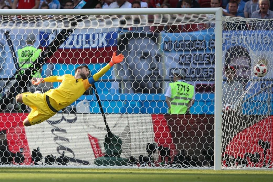 Lloris, da França, assiste ainda no ar à bola estufar o gol após chute indefensável de Dí Maria, da Argentina, empatando a partida em 1 x 1.