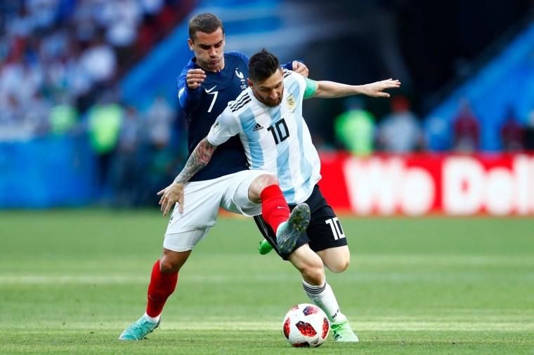 Griezmann e Messi disputam uma bola durante as oitavas.