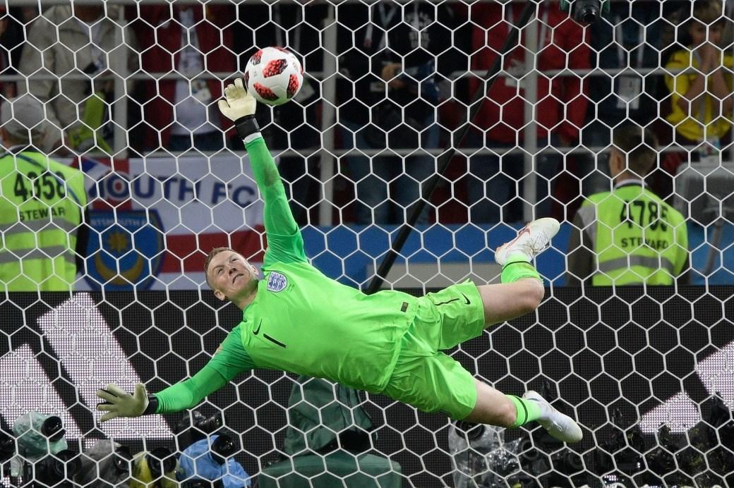O goleiro Pickford se estica para agarrar o chute de Bacca, da Colômbia, e classifica a Inglaterra para as quartas de final.