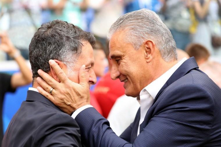 O técnico do Brasil, Tite, segura o rosto do adversário Carlos Osório, do México, antes da partida de oitavas de final entre as duas seleções.