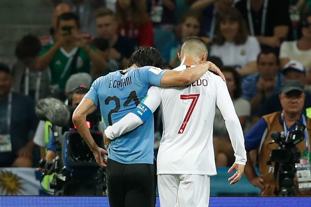 Cristiano Ronaldo ajuda Cavani, autor dos dois gols uruguaios na vitória por 2 x 1 contra Portugal, a deixar o campo após uma lesão.